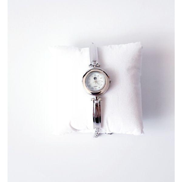 Ceas din argint cu bratara partial fixa si cadran rotund.